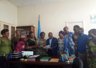 Communities and Civil Society representatives hand over the letter to Provincial Minster of Health, South Kivu